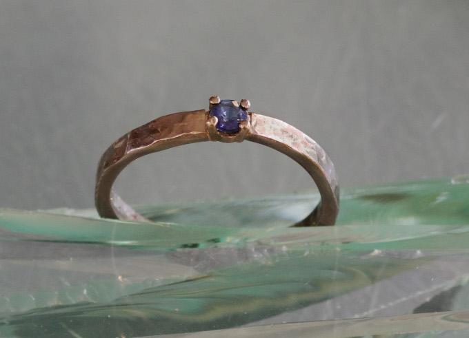 Saffier ring met edelsteen